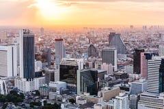 Vista aérea de los edificios de oficinas modernos de Bangkok, condominio en la ciudad de Bangkok céntrica en la oscuridad Con luz Foto de archivo libre de regalías