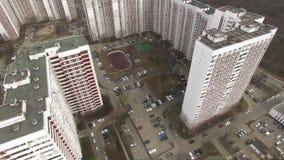 Vista aérea de los edificios y de los complejos el dormir con la yarda y el patio Moscú, Rusia almacen de video
