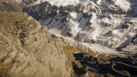 Vista aérea de los glaciares coronados de nieve de las montañas del paisaje del invierno del panorama de la montaña metrajes