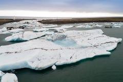 Vista aérea de los icebergs que flotan en la laguna de Jokulsarlon por tan Imágenes de archivo libres de regalías