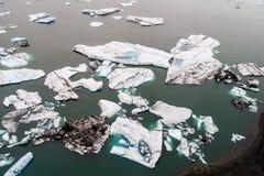 Vista aérea de los icebergs que flotan en la laguna de Jokulsarlon por tan Foto de archivo