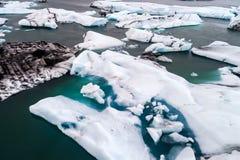 Vista aérea de los icebergs que flotan en la laguna de Jokulsarlon por tan Fotos de archivo