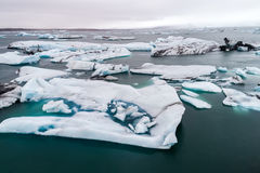 Vista aérea de los icebergs que flotan en la laguna de Jokulsarlon por tan Imagenes de archivo