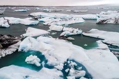 Vista aérea de los icebergs que flotan en la laguna de Jokulsarlon por tan Imagen de archivo libre de regalías