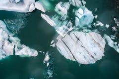 Vista aérea de los icebergs que flotan en la laguna de Jokulsarlon por tan Fotografía de archivo libre de regalías