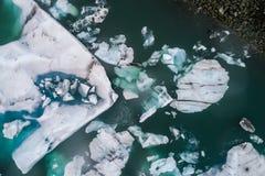 Vista aérea de los icebergs que flotan en la laguna de Jokulsarlon por tan Imagen de archivo