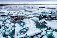 Vista aérea de los icebergs que flotan en la laguna de Jokulsarlon por tan Foto de archivo libre de regalías