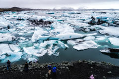 Vista aérea de los icebergs que flotan en la laguna de Jokulsarlon por tan Fotos de archivo libres de regalías