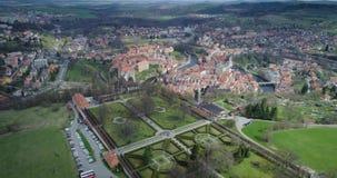 Vista aérea de los jardines y del Krumlov checo almacen de video