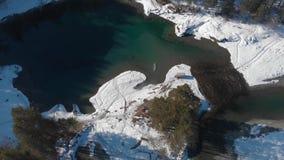 Vista aérea de los lagos azules del invierno almacen de video
