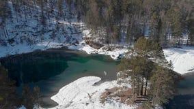 Vista aérea de los lagos azules del invierno metrajes