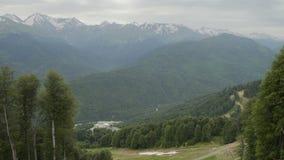 Vista aérea de los lagos de la montaña en estación de esquí Montañas hermosas en verano almacen de metraje de vídeo