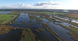 Vista aérea de los lagos de los molinoes de viento del kinderdijk, puesta del sol, Países Bajos almacen de video