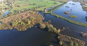 Vista aérea de los lagos de los molinoes de viento del kinderdijk, puesta del sol, Países Bajos almacen de metraje de vídeo