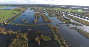 Vista aérea de los lagos de los molinoes de viento del kinderdijk, puesta del sol, Países Bajos metrajes