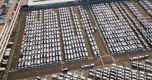 Vista aérea de los nuevos coches alineados afuera almacen de metraje de vídeo