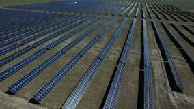 Vista aérea de los paneles solares en paisaje del prado metrajes
