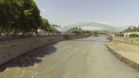 Vista aérea de los puentes de la paz Tbilisi vieja, Georgia metrajes