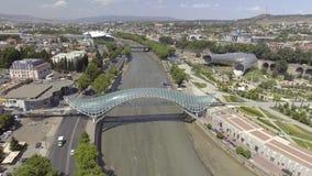 Vista aérea de los puentes de la paz Tbilisi vieja, Georgia almacen de metraje de vídeo