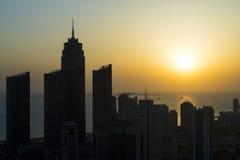 Vista aérea de los rascacielos de la silueta con salida del sol del fondo del mar en Yantai en Shandong Imagen de archivo libre de regalías