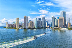 Vista aérea de los rascacielos de Miami con el cielo nublado azul, vela del barco imagen de archivo libre de regalías