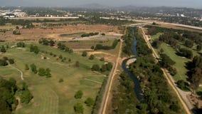 Vista aérea de los suburbios California de Los Ángeles del campo de golf almacen de metraje de vídeo