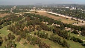 Vista aérea de los suburbios California de Los Ángeles del campo de golf almacen de video