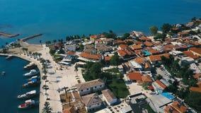 Vista aérea de los tejados anaranjados de la ciudad vieja de la costa cerca del mar Mediterráneo metrajes
