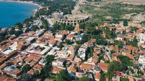 Vista aérea de los tejados anaranjados de la ciudad vieja de la costa cerca del mar Mediterráneo almacen de metraje de vídeo