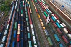 Vista aérea de los trenes de carga coloridos fotografía de archivo