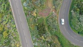 Vista aérea de los vehículos que pasan la cordillera y la garganta en el parque nacional La cámara gira alrededor de su eje metrajes