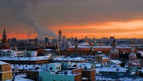 Vista aérea de marcos populares - paredes do Kremlin, Saint Basil Cathedral e outro - em Moscou, Rússia vídeos de arquivo