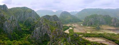 Vista aérea de montañas hermosas en Khao Sam Roi Yot National Park Fotos de archivo libres de regalías