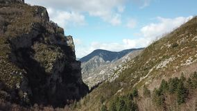 Vista aérea de montañas pirenáicas en Occitanie, Francia metrajes
