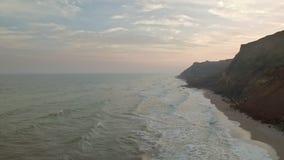 Vista aérea de montañas rocosas y de ondas del mar metrajes