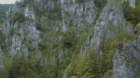 Vista aérea de montañas y de la garganta profunda hermosa con la formación de roca que sorprende metrajes