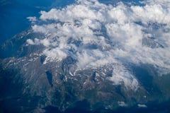 Vista aérea de montanhas cobertos de neve dos cumes em Suíça Fotos de Stock Royalty Free