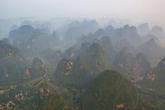Vista aérea de montanhas enevoadas do cársico em GuangXi foto de stock