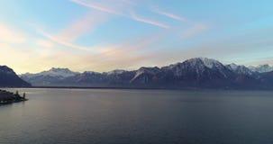 Vista aérea de Montreux con el lago de Ginebra y de la montaña suiza en el fondo almacen de video