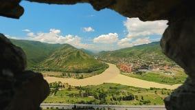 Vista aérea de Mtskheta do monastério de Jvari, natureza verde de Geórgia, turismo vídeos de arquivo
