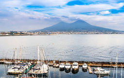 Vista aérea de Nápoles com o Monte Vesúvio Imagens de Stock Royalty Free