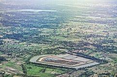 Vista aérea de nubes sobre características verdes de la tierra Foto de archivo