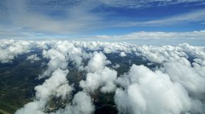 Vista aérea de nubes sobre la tierra. Foto de archivo