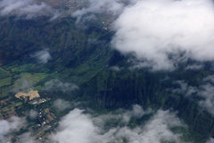 Vista aérea de nubes sobre las tierras de cultivo de Waimanalo, montaña del koolau foto de archivo