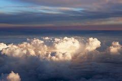 Vista aérea de nuvens grossas sobre a terra, a paisagem Imagens de Stock