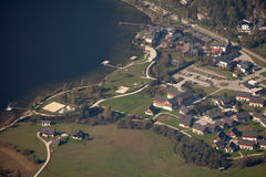 Vista aérea de Obertraun y del lago Hallstatt, Salzkammergut, Austria Imagen de archivo
