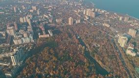 Vista aérea de Odesa Central Park - arboreto Peremohy e litoral filme