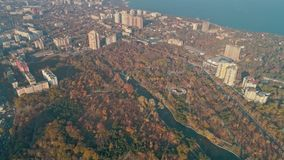 Vista aérea de Odessa Central Park - arboreto Peremohy e litoral video estoque