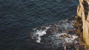 Vista aérea de olas oceánicas y de la costa rocosa fantástica en Sorrento Onda del mar del peligro que se estrella en costa de la