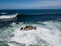 Vista aérea de ondas e de rochas poderosas em Califórnia Foto de Stock